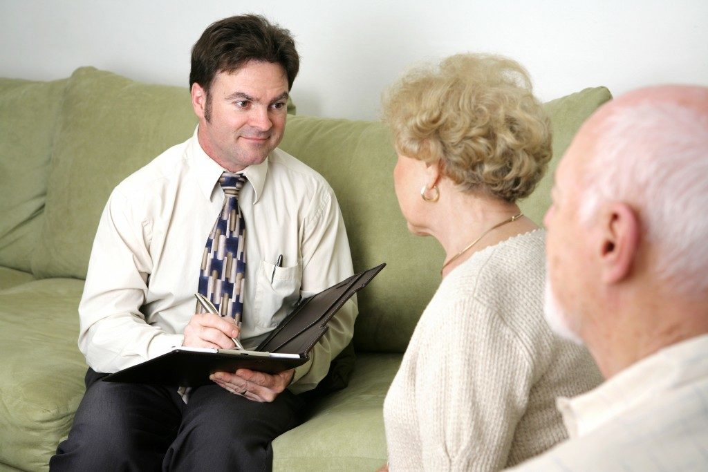Senior meeting with an agent about the funeral plan
