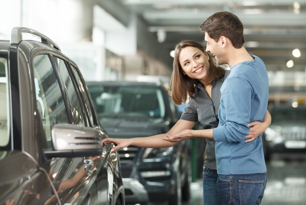 couple choosing what car to buy