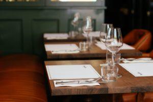restaurant empty tables